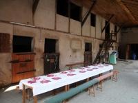 Op de binnenplaats is de tafel gedekt voor de druivenplukkers